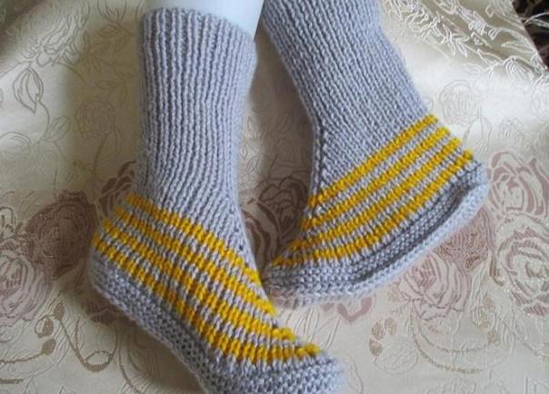 Оригинальные носочки на двух спицах... Если в доме есть только две спицы - это не повод оставаться без вязаных носков!