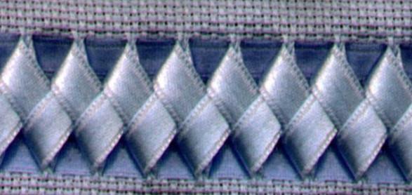 Вышивка лентами на салфетках, полотенцах, скатертях... Очень красивый и нарядный декор, особенно с цветочными мотивами!