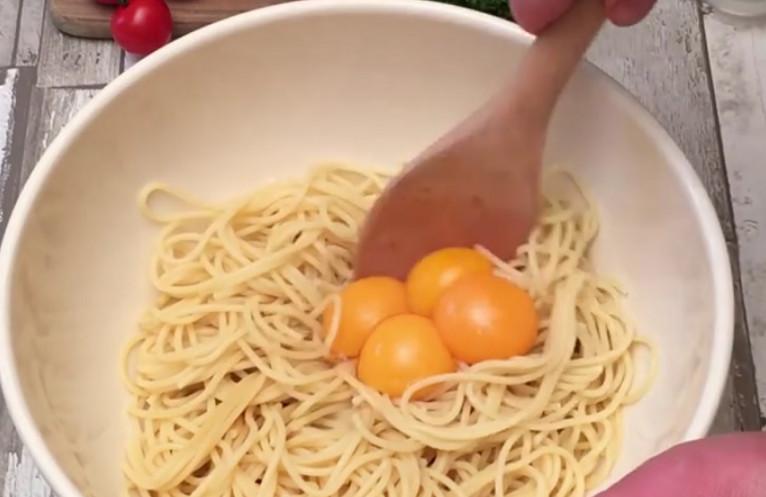 Повар просто поместил спагетти на слой сыра и сделал то, что поразило меня…