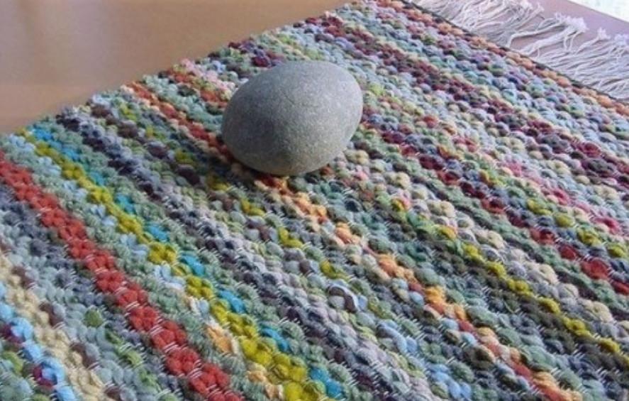 Картон и вилка вместо ткацкого станка. Чтобы изготовить такие тканные ковры вам не потребуется ни ткацкого станка, ни каких-либо навыков...