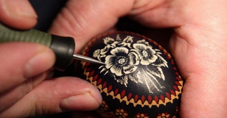 Эта техника росписи яиц завораживает! Каждый может почувствовать себя великим художником....