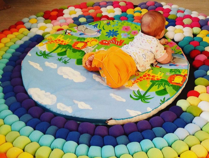 Изготавливаем весёлый коврик из старых трикотажных футболок... Очень крутая идея. И не только для малышей подойдет!