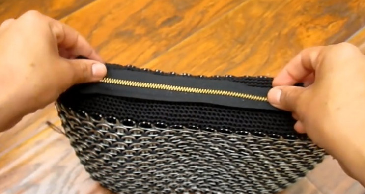 Берлинская модница делает сумочки своими руками.