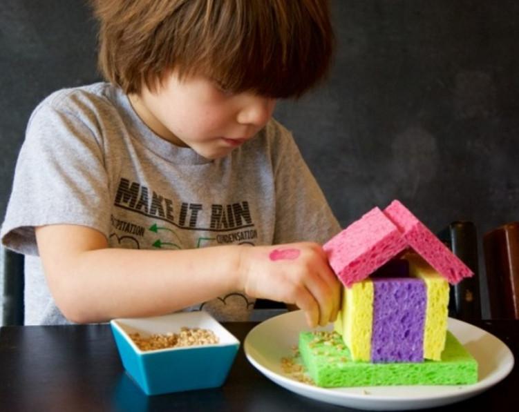 Губка, ножницы и горсть зерен — всё, что нужно для детского счастья... Как же мило!