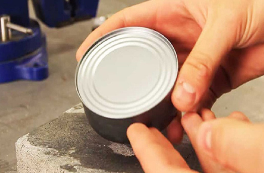 Как открыть консервную банку без ножа... Гениальное решение на все случаи жизни!