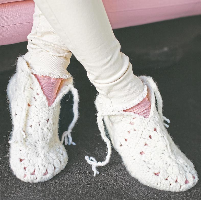 Теплые тапочки на завязках связаны из шестиугольных мотивов... Они прекрасно сидят по ноге и очень теплые!