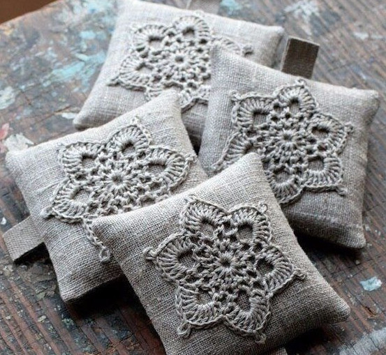 10 схем для вязания цветочных мотивов на ароматные подушки-саше...
