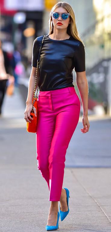 С чем сочетать цветные брюки: 12 стильных образов для вдохновения...