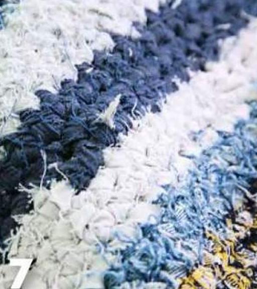 Из старых джинсов можно смастерить оригинальный коврик... Причем его под силу сделать даже тем, кто едва знаком с крючком!