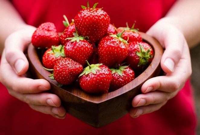 Откажись от такой клубники, если заметишь на ягодах ЭТО! Обезопась себя и близких...