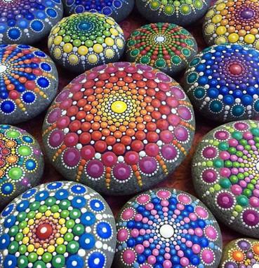 Красочные и яркие рисунки на камнях... Это настоящая радуга!