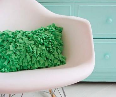 Яркая и оригинальная диванная подушка с бахромой... Красиво, сочно и необычно!