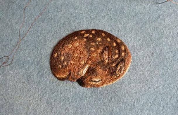 Потрясающе красивая миниатюрная вышивка от Хлои Джордано... Сколько разных оттенков!