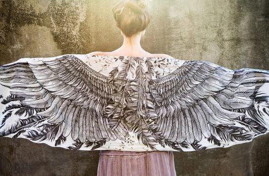 Дизайнерские платки с крыльями, превращающие женщину в прекрасную птицу... Волшебство и магия!