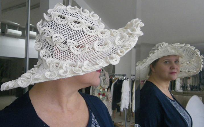 Замечательная мастерица создает необыкновенной красоты вязаные шляпки... Это невероятно красиво!