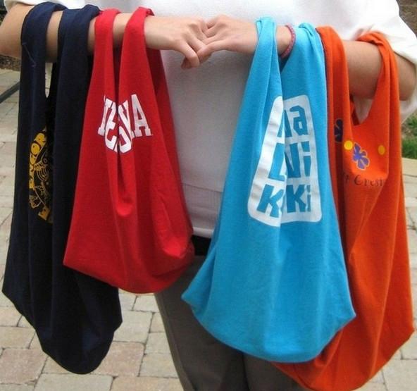 Новая сумка из футболки за полчаса: можно ли?! С такой сумкой вы сможете отправиться за покупками, на пляж, или же в спортзал...
