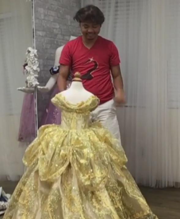 Его дочь хотела выглядеть как принцесса, но денег не хватало. Тогда мужчина сел за швейную машинку…