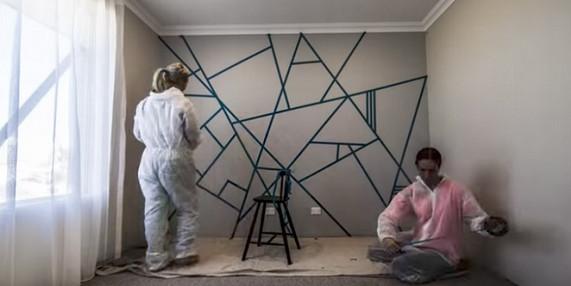 Две кумы расклеили скотч по всей стене... Когда они перестанут красить, ты сильно удивишься!