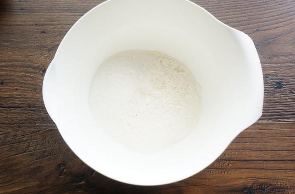 Выкладываю на дно формы клубнику, заливаю тестом и выпекаю! Самый быстрый пирог в мире…
