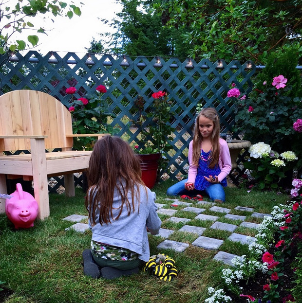 Женщина превратила уродливый сад в чудо из чудес! Вот так подарок…