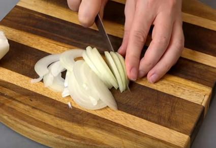 Просто обалденный салат «Загадка для гостей»: 98% дегустаторов не смогли определить главный ингредиент...