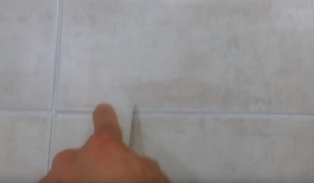 Он потер свечой межплиточные швы в ванной... Причина тому удивительна!