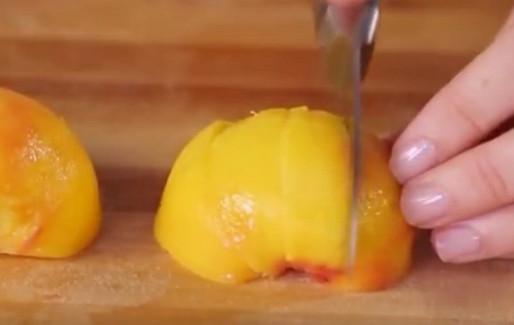 Парень сделал надрезы на персике и опустил в ледяную воду. Когда узнала, зачем, поспешила повторить.