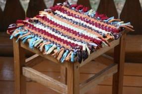 Плетем коврик на рамке из трикотажных футболок...