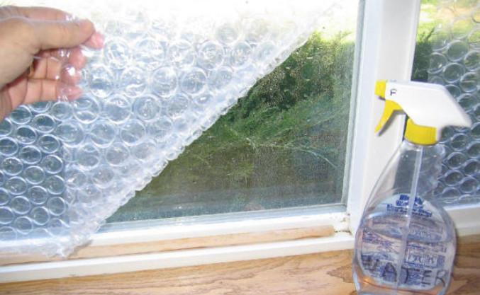 Женщина приложила к стеклу пузырчатую пленку. Причина была просто гениальной!