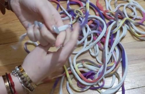 Научитесь создавать великолепные вязаные коврики из старых вещей...