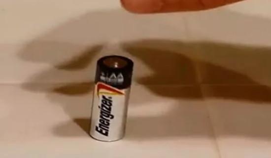 Гениально простой способ различить заряженные и разряженные батарейки... Да это же элементарно!