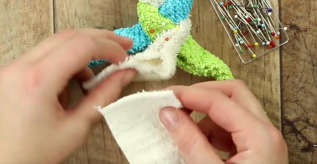 Из 3-х полотенец она сделала косу и свернула ее в форме улитки. Результат невероятно практичный!