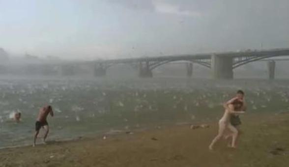 Пляж превратился в настоящий АД всего за минуту. Люди разбегались кто куда...