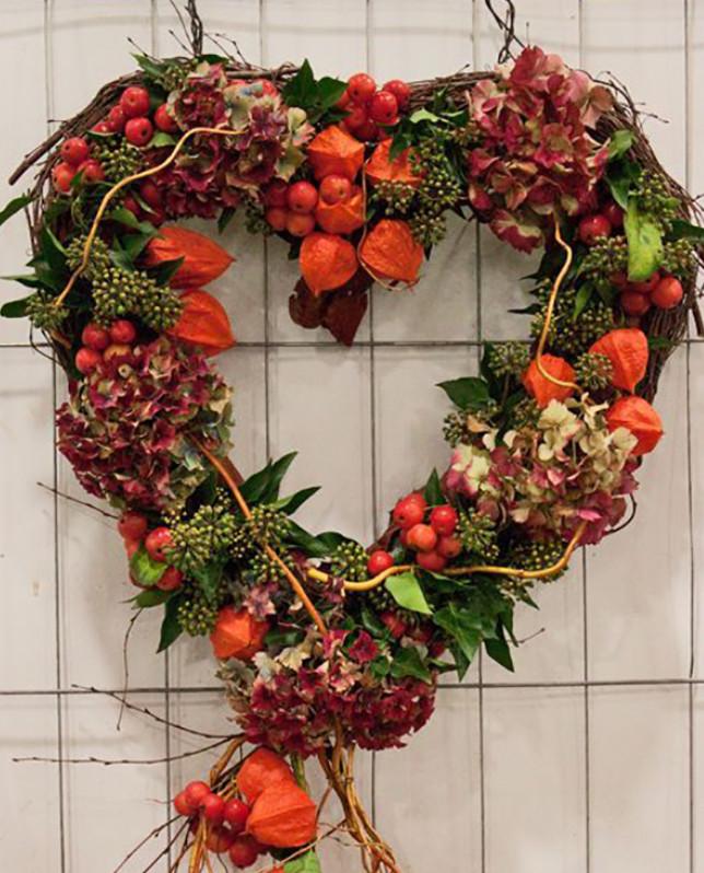 Она собрала сухие листья, шишки и добавила к ним ягоды рябины… Спустя 45 минут появилась роскошная вещь!