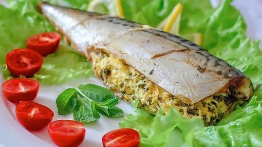 Начинка в этой рыбке просто идеальна, а скумбрия сочная и вкусная!