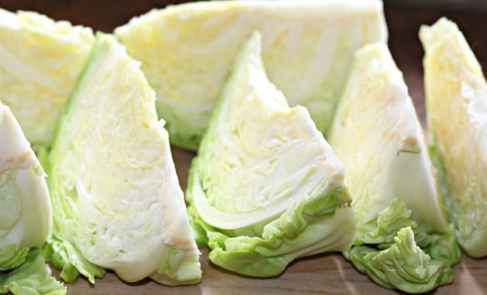 Вечером хозяйка быстро нарезает 2 головки капусты… То, что она подает на стол утром, превращает привычную трапезу в праздник!