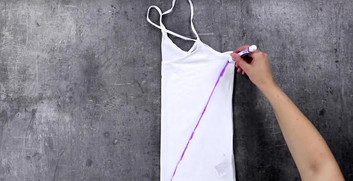 Девушка поместила ветхие футболки на решетку духовки по одной непонятной причине…