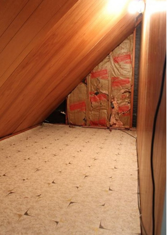 За кроватью маленького сына женщина нашла дверь, но она не растерялась и сделала...