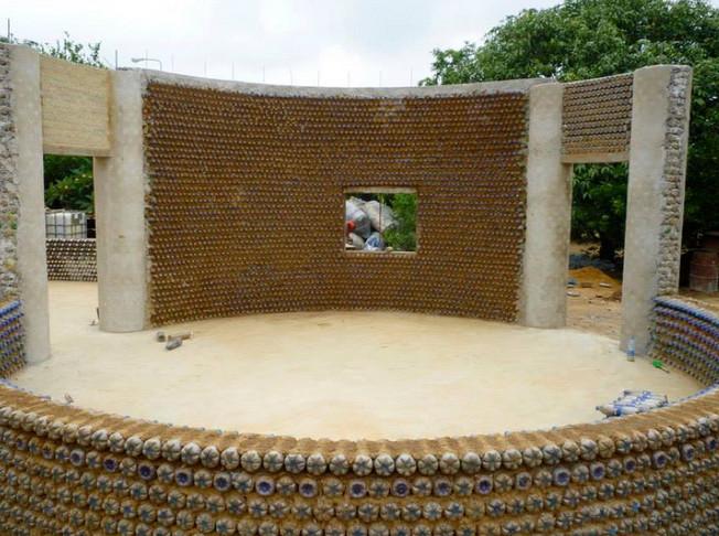 Жители Нигерии строят себе дома из пластиковых бутылок...