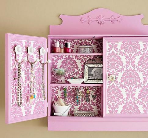Подруга сделала красивый ремонт, но старый шкаф никак не вписывался… Знакомый дизайнер подсказал ей решение!