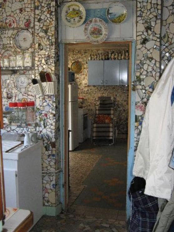 Дом Разбитой Посуды! Здесь всё состоит из осколков – вплоть до будки и лестницы на чердак...