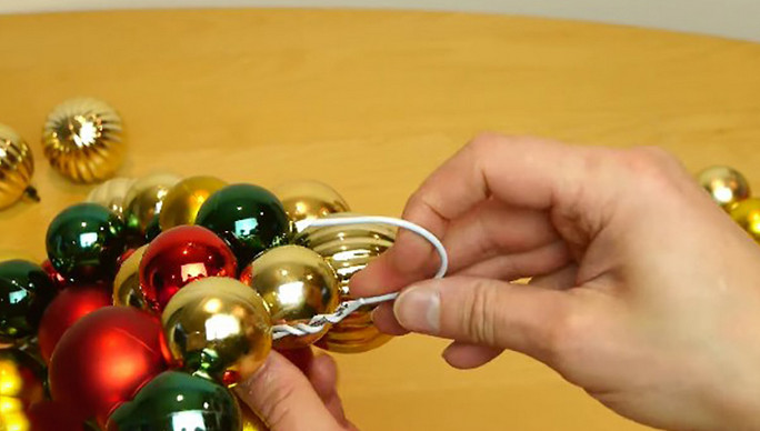 Мастерица превратила ненужную вешалку в самое красивое рождественское украшение!