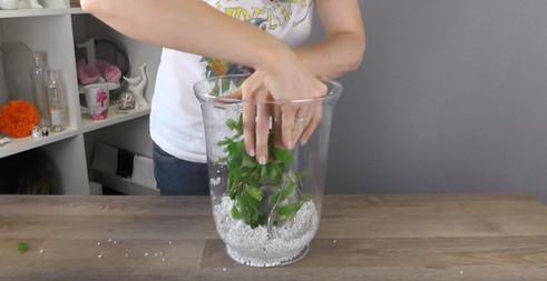 Женщина кладет свечу в большую вазу и наливает воду. Получилась удивительная красота...