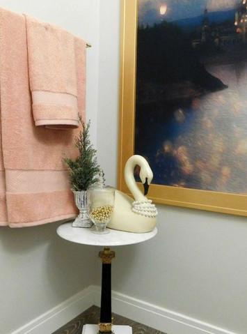 Из занавески для душа мужчина сделал отличное украшение для ванной комнаты...