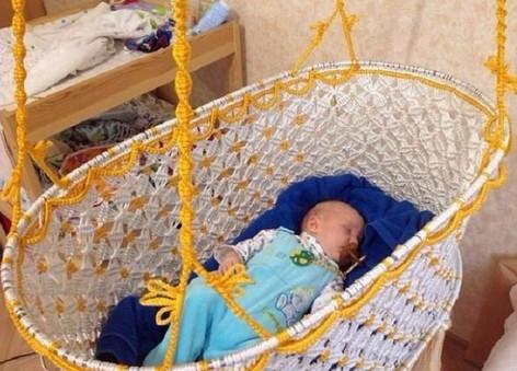 Моя кроха спит в подвесной люльке, которую я сплела сама. Буду рада любой твоей оценке…
