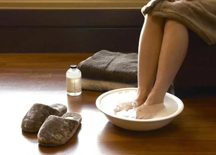 По совету подруги Ирина опустила ноги в воду с содой. Через несколько минут средство сработало...