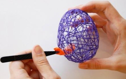 Залила клеем ПВА моток ниток, чтобы создать очень оригинальную пасхальную композицию…