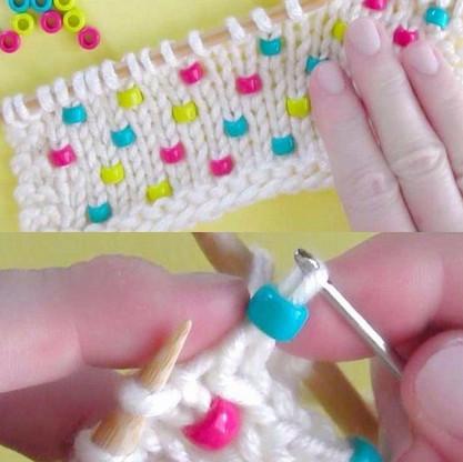 Простой способ ввязать бусины в вязаное полотно...