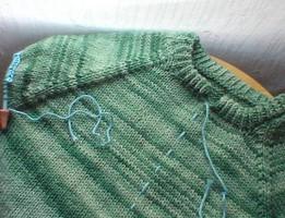 Из пуловера в кардиган или как правильно разрезать вязанную вещь...