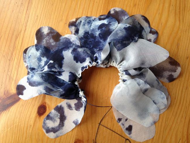 Красивые цветы из ткани или Как обновить надоевшую кофточку или старый свитер?